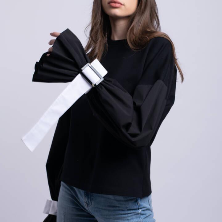 bluza neagra bacio la donna